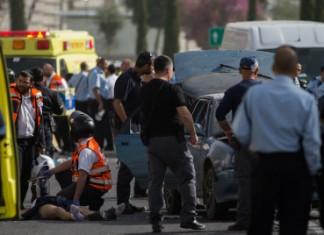 Les services de sécurité israéliens sur une scène d'attentat