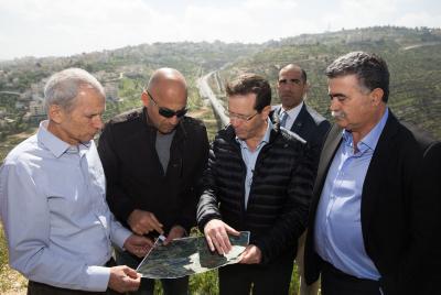 Le chef du parti travailliste israélien, Herzog, avec Peretz et Bar-Lev