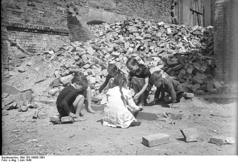 Deutsche Ehehure beim Outdoor Spielen